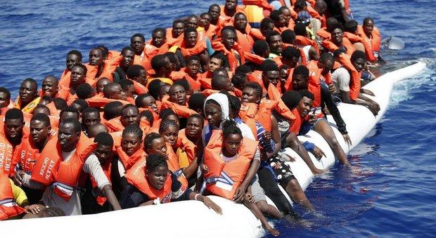 Migranti, altre 30 annegati davanti alla Libia. Gentiloni: «L'Ue rischia una crisi molto seria»