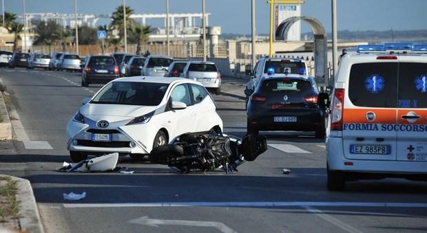 Ostia, scontro fra auto e scooter: gravissimo trentenne soccorso con l'eliambulanza