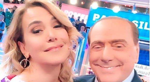 Barbara D'Urso e Silvio Berlusconi, show a Pomeriggio 5: «Mi fece la corte e lo rifiutai perché era...» E si interrompe