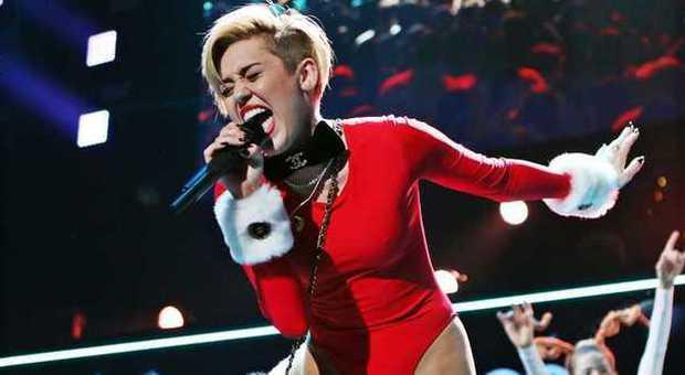 Immagini Natale Hard.Miley Cyrus Hard Al Concerto Di Natale Ma La Pelliccia Fa Infuriare