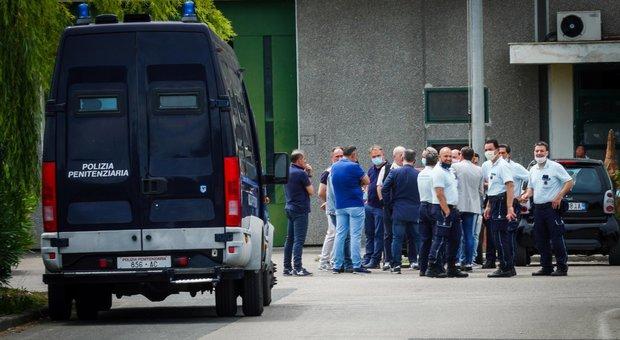 Santa Maria Capua Vetere, rivolta dei detenuti extracomunitari nel carcere: 8 agenti feriti