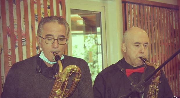 """Due musicisti della """"Smile Orchestra"""" di Monterotondo che sta spopolando su Facebook"""
