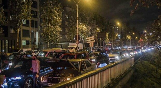 Lockdown a Parigi, code di auto sino a 700 km per rientrare o partire