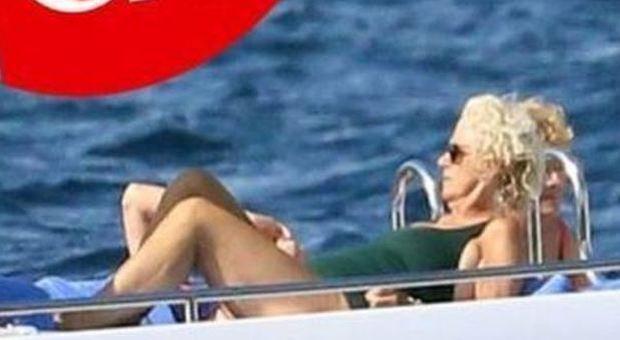 Royal Family, Camilla in vacanza da single: fuga sullo yatch in Sardegna senza Carlo