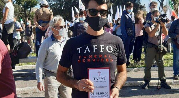 Negazionisti in piazza, spunta il volantinaggio delle onoranze funebri Taffo : «Abbiamo rischiato le botte»