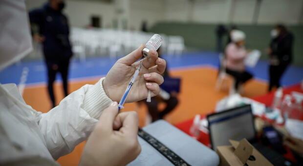 Terza dose vaccino a 28 giorni dall'ultima iniezione: si parte dai trapiantati. Le dieci categorie nella circolare del ministero