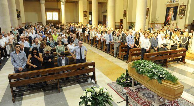Pescara cattedrale gremita per l 39 addio a pacilio for Scuola di moda pescara