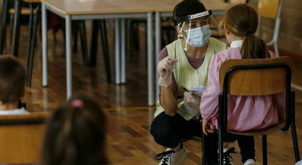 """Vaccini ai bambini, """"non sono utili né prioritari"""": lo dice un medico del Cts inglese di Boris Johnson"""