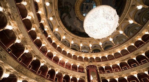 Il lampadario monumentale di cristallo di Boemia del Costanzi