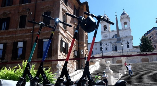 Roma, ragazzino sul monopattino investe una donna in Centro: è il primo incidente della nuova mobilità sostenibile