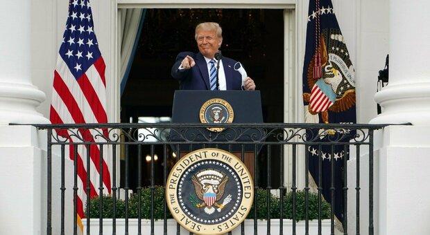 Trump sul balcone della Casa Bianca senza mascherina: «Sto bene». Biden negativo all'ultimo test