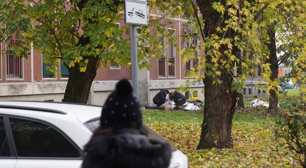 Milano, chiusa in casa dall'amica prova ad uscire dal balcone e precipita dal quinto piano: morta sul colpo