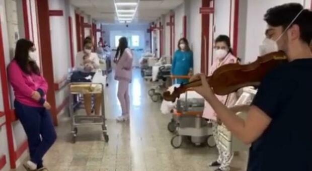 Bari, medico violinista suona per i neonati: la ninna nanna conquista tutti