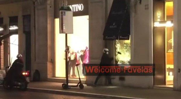 Roma, tentata rapina alla gioielleria Hausmann a via del Babuino: 5 ragazzi prendono a martellate la vetrina