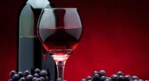 Due bicchieri di vino rosso al giorno: ecco perché fanno bene alla salute