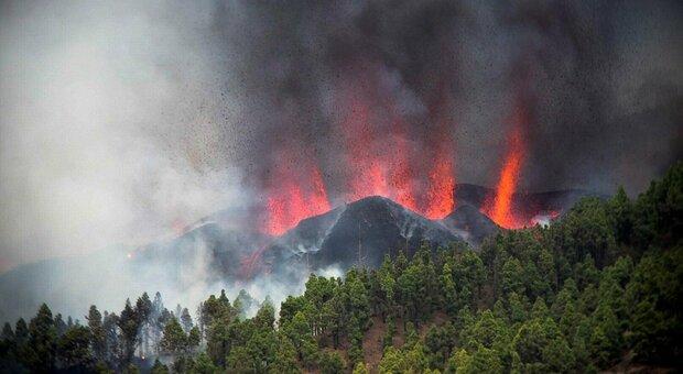 Canarie, eruzione del vulcano di La Palma: enorme colonna di fumo sull'isola