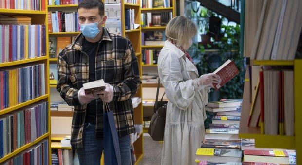 Coronavirus Roma, dopo la riapertura di librerie e cartolerie in strada 85 mila persone al giorno