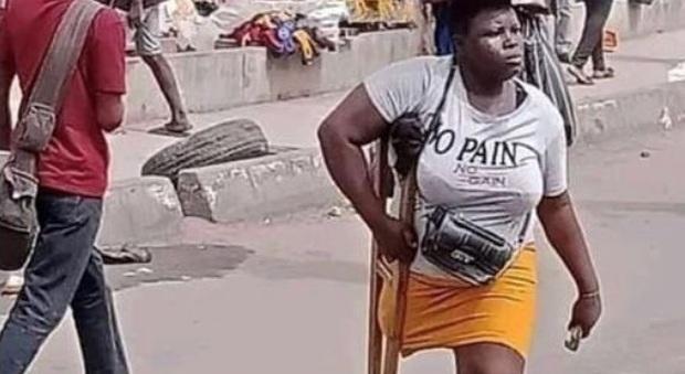 La foto della ragazza senza una gamba commuove Osimhen: «Aiutatemi a rintracciarla»