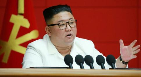 Corea del Nord, Kim Jong-un riappare in pubblico per una riunione su Covid e tifone Bavi