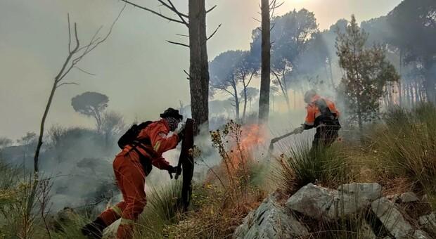 Le prime squadre arrivate sul luogo dell'incendio a Roccagorga