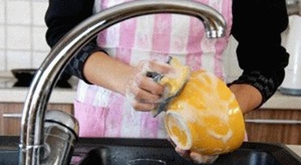 Roma, segrega il marito in soffitta perché non lava bene i piatti e stende male il bucato