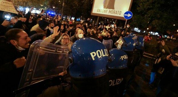 Napoli, nuova protesta: centinaia in piazza contro Dpcm e provvedimenti Regione