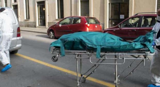Donna uccisa con 5 coltellate al torace: viveva sola a Bari, cadavere trovato dopo due giorni
