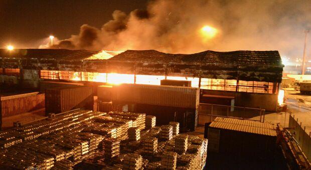 Ancona, maxi-incendio al porto. «Sentite tre esplosioni, sembrava Beirut»