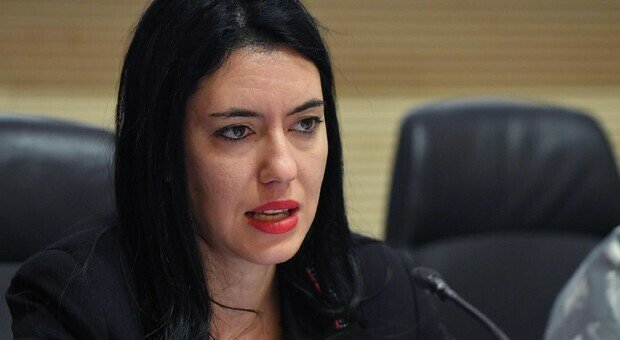 Amelia, dopo Emma Marrone tocca a Lucia Azzolina: post sessista di un consigliere comunale