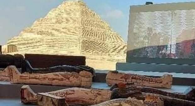 Egitto, nuova scoperta a Saqqara: 100 sarcofagi faraonici, mummie, statue e maschere dorate