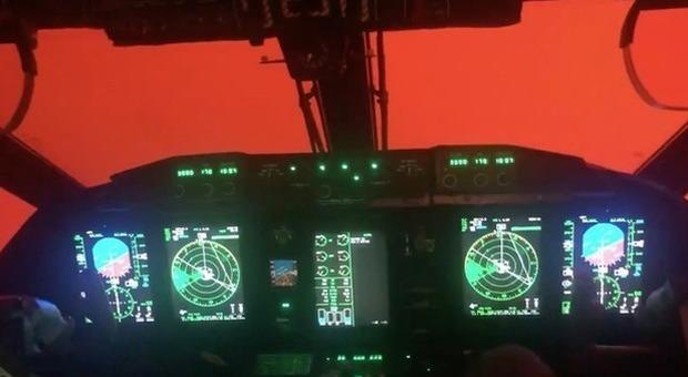 Il volo surreale sull'Australia devastata dagli incendi: cielo rosso fuoco avvolto dal fumo