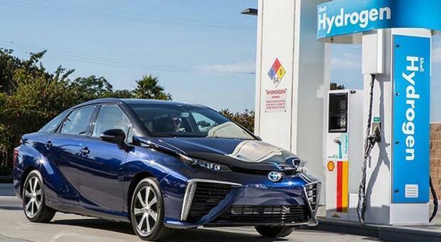 La Toyota Mirai fa rifornimento ad un distributore d'idrogeno