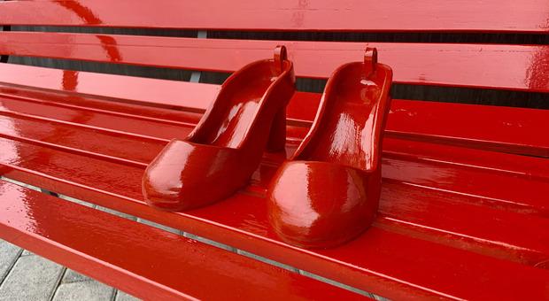 Dal 25 al 28 novembre in mostra ad Amatrice le scarpette rosse della Casa delle Donne