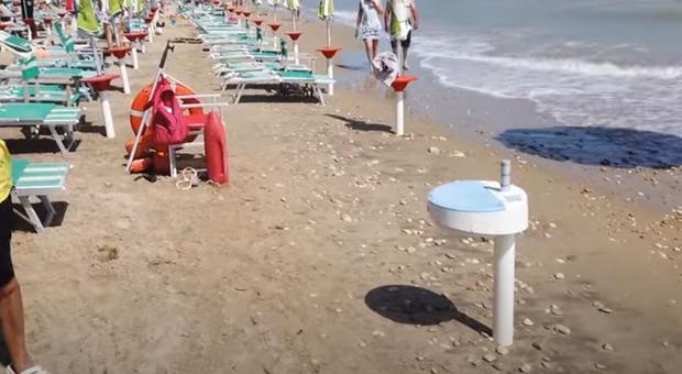 La mareggiata divora anche l'ombrellone del generale Figliuolo