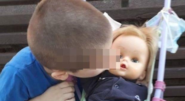Rimproverato perché gioca con la bambola: «Sono il papà non la mamma». A 6 anni contro gli stereotipi