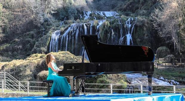 Giornata mondiale dell'acqua, la pianista Cristiana Pegoraro omaggia la Cascata e Piediluco
