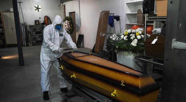 Coronavirus nel mondo, 380.000 morti. Record in Brasile. Bolsonaro: «Prima o poi moriremo tutti»