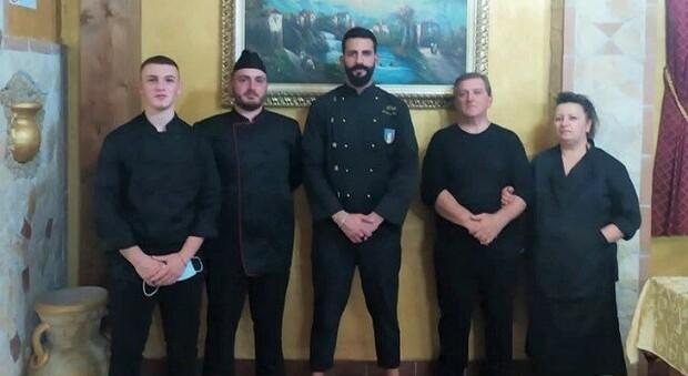 William Imola con lo staff del ristorante di Priverno e Michel Colagrande