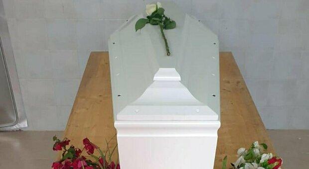 La bara bianca per Josef annegato a sei mesi nel mar Mediterraneo. E' stato seppellito nel cimitero di Lampedusa