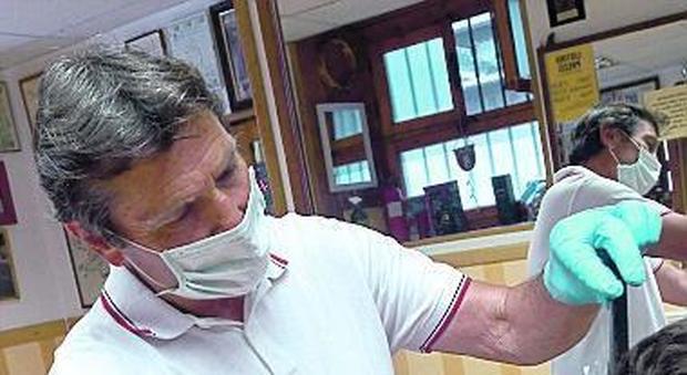 Marco Filipponi, parrucchiere del Ghetto, ieri di nuovo al lavoro dopo oltre due mesi di stop