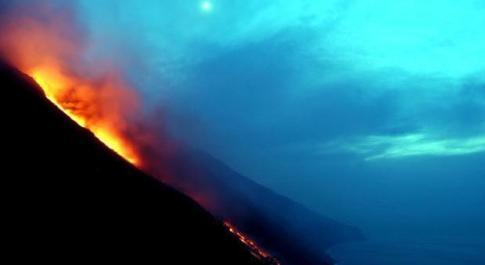 Stromboli, allerta gialla per il vulcano: limiti a escursioni e navigazione