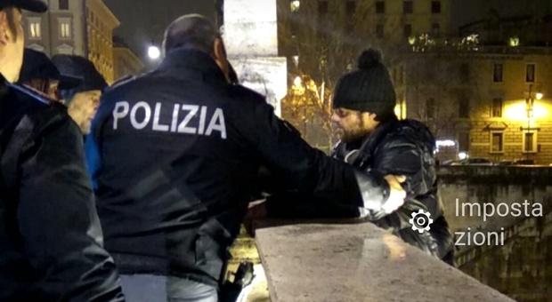 Roma, tenta di lanciarsi da ponte Vittorio, la polizia lo salva in extremis