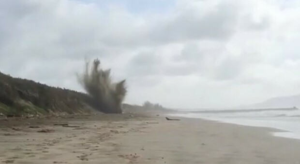 Sabaudia, gli artificieri fanno brillare le 5 bombe sulla spiaggia: «Intervento complesso, un ordigno era al fosforo»