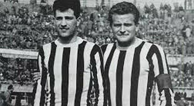 Angelo Caroli con la maglia della Juventus con, a destra, Giampiero Boniperti