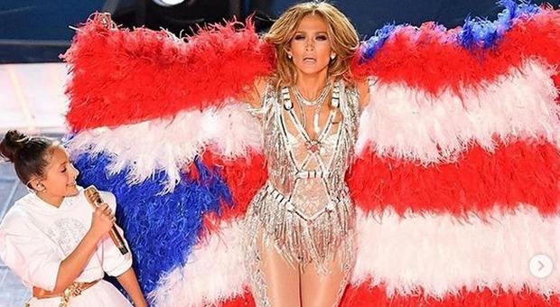 Super Bowl 2020, Jennifer Lopez porta sul palco la figlia Emme: il duetto è scatenato