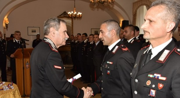 Il generale di Corpo d'Armata Vincenzo Giuliani consegna i riconoscimenti