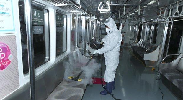 Coronavirus, la Cina chiede aiuto: servono maschere e tute. I morti sono 361, superati quelli della sars