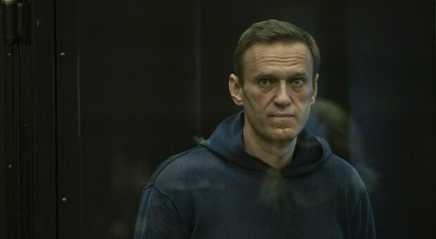 Navalny, morto il medico di Omsk che lo curò dopo l'avvelenamento: aveva 55 anni, mistero sulle cause