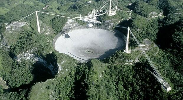Il radiotelescopio di Arecibo collassa: fu immortalato in molti film, da X-Files a 007