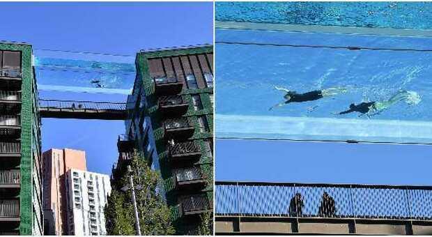 Londra, una piscina collega due palazzi e permette di nuotare sospesi: è la prima al mondo